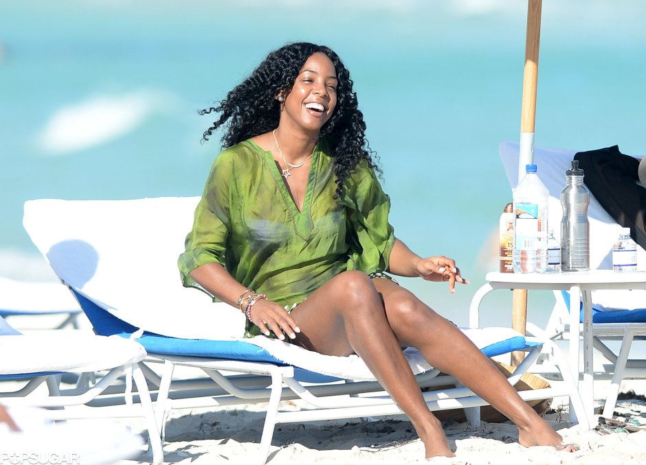 Kelly-Rowland-all-smiles-while-relaxing-Miami